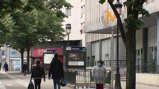 Au quartier de Stalingrad, dans le nord de Paris, les habitants s'organisent afin d'interpeller les pouvoirs publics sur les violences multiples qui se développent en marge des trafics de stupéfiants.Une retraitée a été témoin, le samedi 22 mai, d'un viol.Elle a permis de faire interpeller l'agresseur présumé après avoir filmé la scène. (CAPTURE ECRAN FRANCE 2)