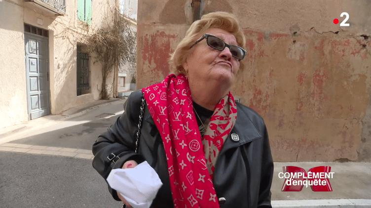 """Elyette Boudou, alias """"Mamie Rock"""", dans les rues de Marseillan, interrogée par une équipe de """"Complément d'enquête"""". (FRANCE 2)"""