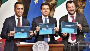 Le ministre de l'Economie Luigi Di Maio, le président du Conseil Giuseppe Conte et le ministre de l'Intérieur Matteo Salvini lors d'une conférence de presse au palais Chigi à Rome (Italie), le 17 janvier 2019. (MICHELE SPATARI / NURPHOTO / AFP)
