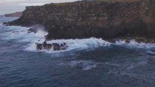 Retrouvez lasuiteduvoyage de France 2 sur l'Île de Pâques, perdue dans le Pacifique et rattachée au Chili. L'équipe continue de percer les secrets de ses gigantesques statues et découvre en même temps l'envers du décor d'une île menacée par la pollution. (France 2)
