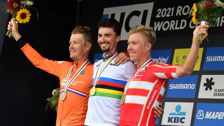 Julian Alaphilippe, champion du monde de cyclisme sur route, entouré du NéerlandaisDylan Van Baarleet du Danois Michael Valgren Hundahl, le 26 septembre 2021. (DAVID STOCKMAN / BELGA MAG)