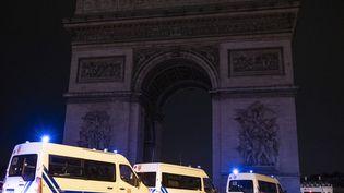 Des véhicules de police sur la place de l'Etoile à Paris, le 29 décembe 2018. (VALENTINE ZELER / HANS LUCAS / AFP)