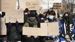 Des étudiantes manifestent devant Sciences Po Strasbourg, dans la foulée du mouvement #SciencesPorcs apparu sur Twitter, le 12 février 2021. (FREDERICK FLORIN / AFP)