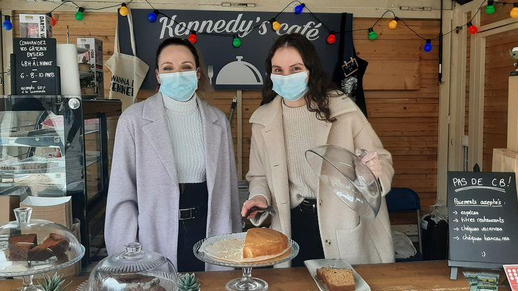 """Sarah et Margaux (à droite), deux sœurs, dirigent le Kennedy's Café à Limoges. Grâceau """"village des restaurateurs"""", elles peuvent continuer à vendre leurspâtisseries maison. (SEBASTIEN BAER / RADIO FRANCE)"""