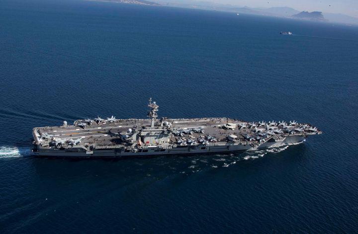 """Le porte-avions américain """"USS Abraham Lincoln""""entrant en mer Méditerranée par ledétroit de Gibraltar, le 13 avril 2019, dans le cadre du déploiement d'une force militaire américaine au Moyen-Orient. (US NAVY / REUTERS)"""