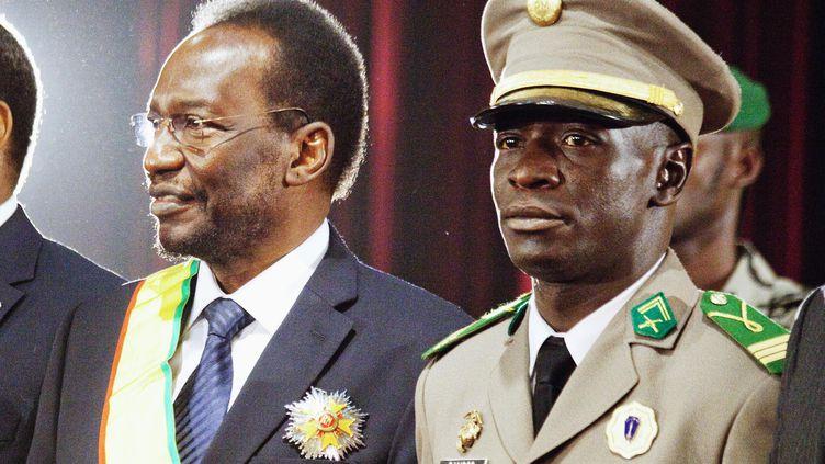 Le président malien Dioncounda Traoré (à gauche) et le leader des putschistes Amadou Sanogo (à droite), le 12 avril 2012 à Bamako (Mali). (REUTERS)