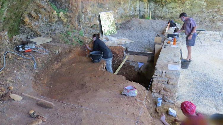 Des recherches sur des gisements de fossiles humains en Dordogne. (France 3 Périgord / Franceinfo)