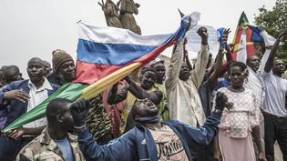 Des habitants de Bamako se réunissent régulièrement pour protester contre la présence française au Mali, et réclamer une intervention russe. Ici, le 27 mai dernier, drapeaux russes et maliens se mêlent lors d'une manifestation. (MICHELE CATTANI / AFP)