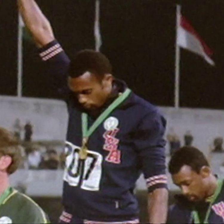 Les poings levés de Tommie Smith et John Carlos, lors des Jeux de Mexico en 1968. (INA / franceinfo: sport)