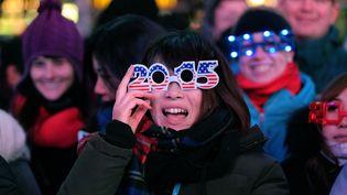 Les lunettes qui affichent la nouvelle année demeurent un incontournable, comme ici à Time Square, à New York (Etats-Unis). (JEWEL SAMAD / AFP)