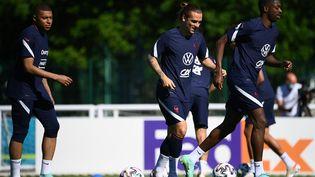 Mbappé, Griezmann et Dembélé lors du dernier entraînement des Bleus à Clairefontaine, le 13 juin (FRANCK FIFE / AFP)