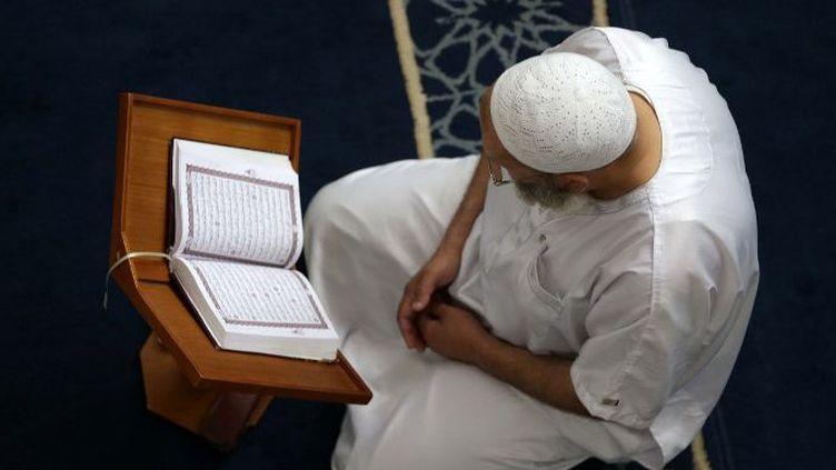 Un homme lit le Coran dans une mosquée pendant le mois sacré du Ramadan à Alger, en Algérie, le 27 mai 2018. (Billal Bensalem / NurPhoto)