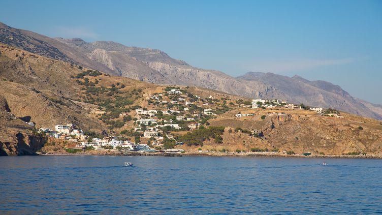 Le village de Chora Sfakion, sur la côte au sud de la Crète (Grèce), le 2 juin 2018. (NICOLAS ECONOMOU / NURPHOTO / AFP)