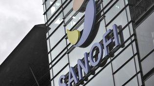 La façade des bureaux du laboratoire Sanofi à Paris. (YOAN VALAT / EPA)