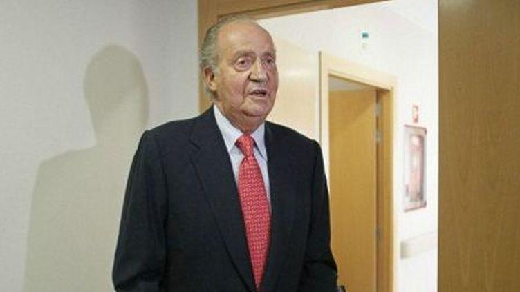 Le roi d'Espagne, Juan Carlos, quittant l'hôpital San José à Madrid, le 18 avril 2012, après s'être fracturé la hanche au Botswana. (AFP - Paco Combos POOL )