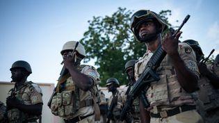 Des soldats de l'armée camerounaise, le 28 septembre 2018 à Mora (Cameroun). (ALEXIS HUGUET / AFP)