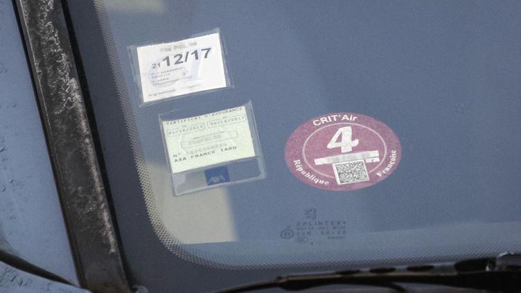 La vignette Crit'air est attribuée selon les critères de pollution d'un véhicule. (GEOFFROY VAN DER HASSELT / AFP)
