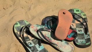 5 000 ans après sa création en Égypte, la tong est toujours la chaussure star sur les plages. En tissu, en plastique, en tissu ou encore en cuir, elle est notamment produite en France avec un savoir-faire artisanal. (France 2)