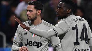 Le Français Blaise Matuidi s'adresse aux supporters de Cagliari, lors d'un match entre la Juventus Turin et le club sarde, le 2 avril 2019. (MARCO BERTORELLO / AFP)