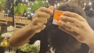 Aimam Koli résout un Rubik's Cube en aveugle en 17 secondes. (CAPTURE D'ECRAN TWITTER)