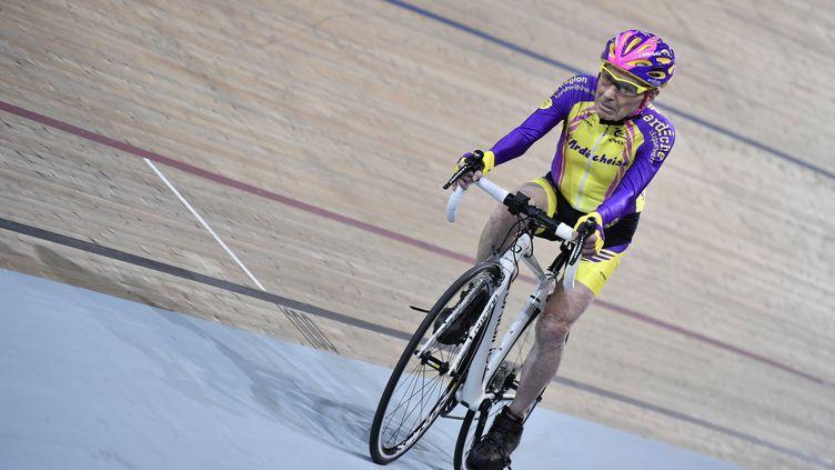 Robert Marchand sur la piste du Vélodrome de Saint-Quentin-en-Yvelines à 105 ans (PHILIPPE LOPEZ / AFP)