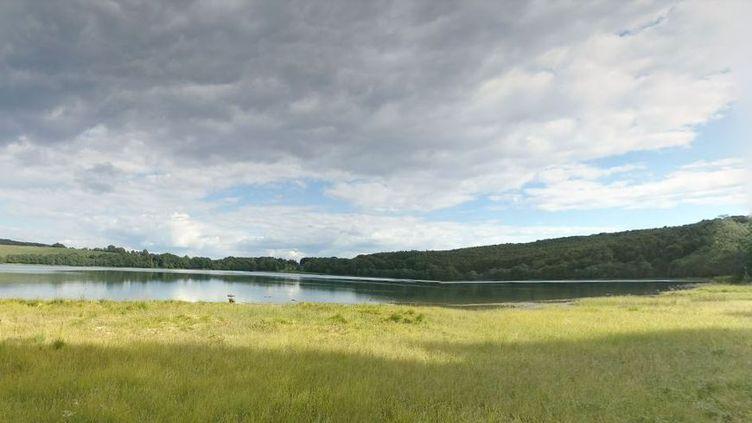 Capture d'écran du Lac Chauvet dans le Puy-de-Dôme. (GOOGLE MAPS / FRANCEINFO)