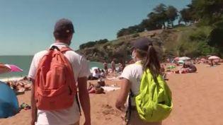 Dans le contexte de crise sanitaire, eux sont ambassadeurs des plages, le temps d'un été. Six étudiants de 18 à 22 ans ont été recrutés par la mairie de Pornic (Loire-Atlantique). Ils doivent s'assurer notamment que les gestes barrières soient respectées sur le bord de mer. (FRANCE 3)
