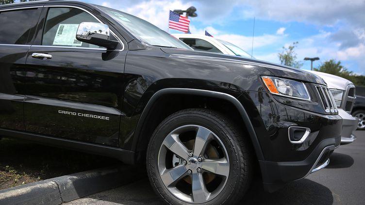 Une Jeep Cherokee est garée sur le parking d'un concessionnaire, le 24 juillet 2015, à Miami (Etats-Unis). (JOE RAEDLE / GETTY IMAGES / AFP)