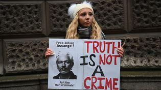 Une femme qui soutient le fondateur de WikiLeaks, Julian Assange, manifeste à Londres (Royaume-Uni) avant la décision sur son extradition, le 4 janvier 2021. (DANIEL LEAL-OLIVAS / AFP)