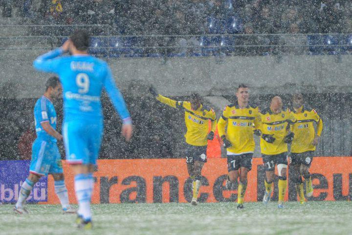 Sochaliens et Marseillais sous la neige lors de la rencontre de Ligue 1 opposant les deux équipes, le 13 janvier 2013. (SEBASTIEN BOZON / AFP)