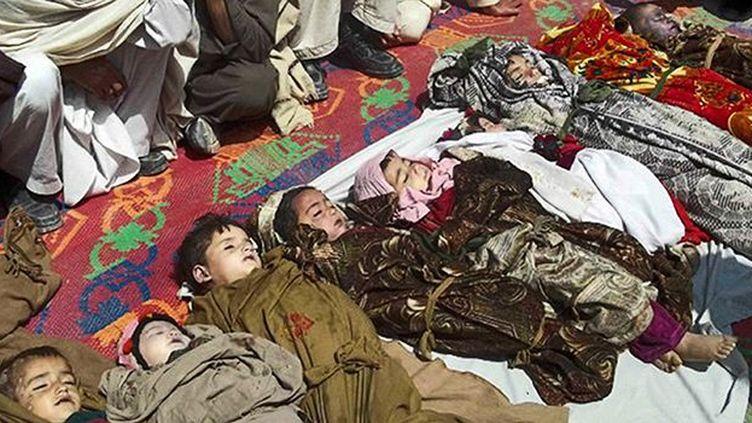 Des corps d'enfants morts suite à une attaque aérienne de l'Otan dans le village d'Asa Abad, capitale de Kounar, province située à l'est du pays, le 7 avril 2013. (AFP PHOTO / STR)