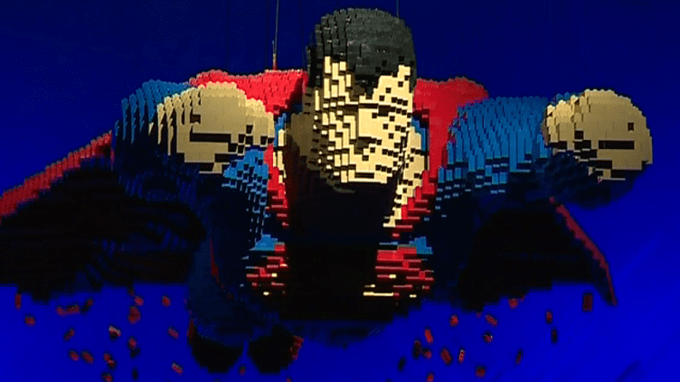 "Superman grandeur nature en Lego par Nathan Sawaha. Exposition ""The Art of the Bricks - DC Comics Super Heroes"", jusqu'au 19 août à La Villette à Paris.  (culturebox - capture d'écran)"