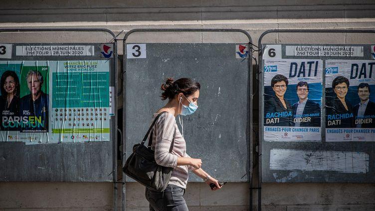 Panneaux électoraux à Paris, le 22 juin 2020. (AURELIEN MORISSARD / MAXPPP)