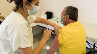 Un patient se fait vacciner à Sainte-Marie-la-Mer (Pyrénées-Orientales), le 13 juillet 2021. (MAXPPP)