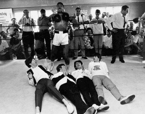 Séance photo de Mohamed Ali avec les Beattles dans son camp d'entraînement de Miami Beach