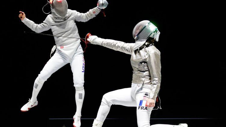 Moscou. 13 mai 2018. La sud coréenne Kim Ji-yeonà gauche, et Cécilia Berder à droite, en quart de finale de la compétition sabre féminin en individuel. L'arbitrage en escrime a une part importante d'interprétation et de jugement.  (MIKHAIL JAPARIDZE / TASS)