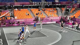 Les basketteuses françaises lors de leur match de 3x3 face à l'Italie, samedi 24 juillet au Japon. (FARIDA NOUAR / RADIO FRANCE)