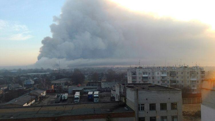 De la fumée s'échappe d'un dépot de munitions à Balakliia, dans l'est de l'Ukraine, jeudi 23 mars 2017. (? HANDOUT . / REUTERS / X80001)