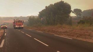 C'est un feu effrayant qui progresse rapidement attisé par un puissant mistral. Un incendie s'est déclaré lundi 24 août après-midi près de l'étang de Lavalduc entre Istres et Fos-sur-Mer, dans les Bouches-du-Rhône. (France 2)