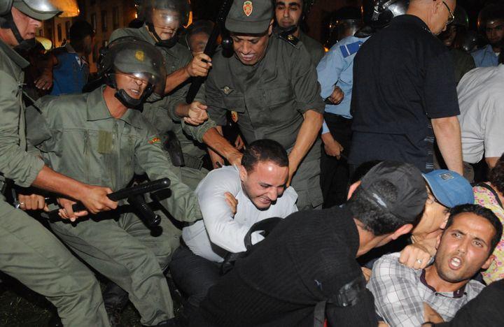 Des policiers interpellent un manifestant protestant contre la libération du pédophile espagnolDaniel Galvan Vina, le 2 août 2013 à Rabat (Maroc). (FADEL SENNA / AFP)