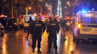 La police sur les lieux de l'explosion d'un bus à Tunis (Tunisie)le 24 novembre 2015 (MOHAMED KHALIL / AFP)