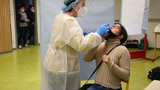 Un test PCR pratiqué dans un collège de Vico, en Corse, le 29 janvier 2021. (PASCAL POCHARD-CASABIANCA / AFP)