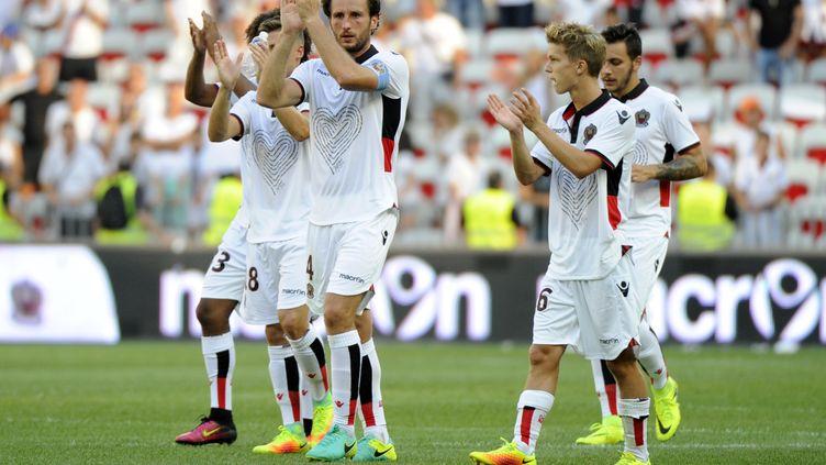 Les joueurs de Nice avec le maillot en hommage aux victimes des attentats le 14 août dernier. (FRANCK PENNANT / AFP)