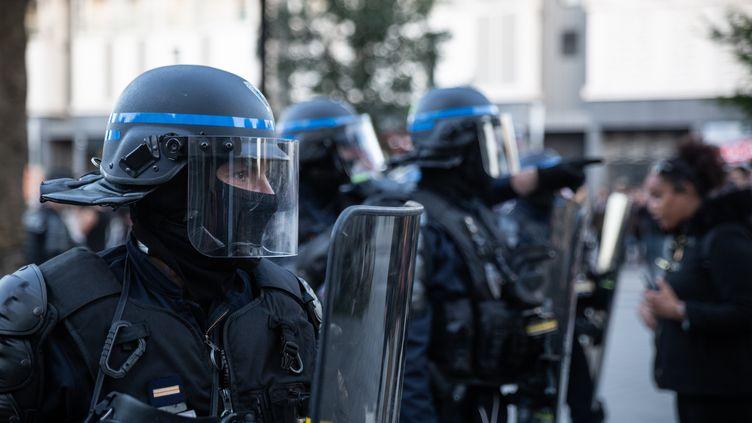 Des policiers postés dans une rue de Nantes le 21 juin 2020 alors que plusieurs centaines de personnes sont rassemblées, un an après la mort deSteve Maia Caniço, poussé dans la Loire lors d'une charge policière. (JEREMIE LUSSEAU / HANS LUCAS / AFP)
