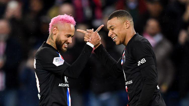 Neymar et Kylian Mbappé, le 1er février 2020 au Parc des princes. (MARTIN BUREAU / AFP)