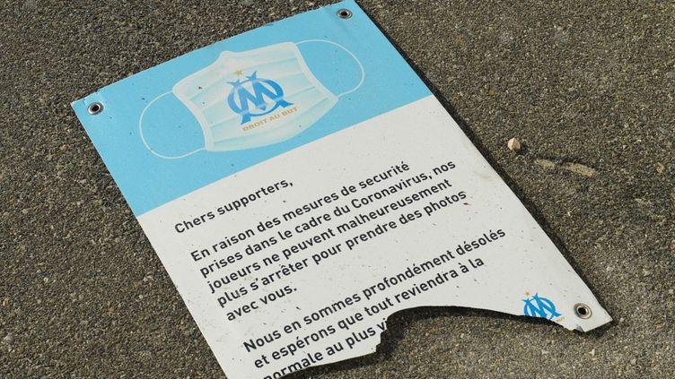 Ces violences ont entraîné le report du match de Ligue 1 entre Marseille et Rennes, qui devait avoir lieu à 21 heures au stade Vélodrome. (NICOLAS TUCAT / AFP)