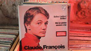 Ses fans aussi pensent toujours à lui... Un des nombreux disques de Claude François exposés au moulin de Dannemois (Essonne). (SIMON GOURMELLET/ FRANCEINFO)