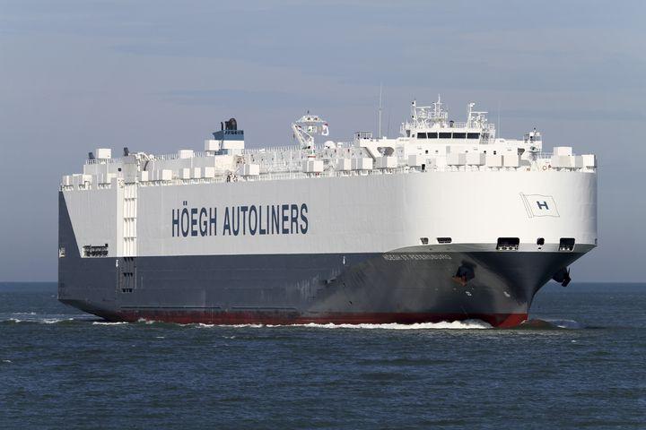 """Le navire norvégien """"Saint-Petersbourg"""" dérouté à la demande de l'Australie pour participer aux recherches du Boeing de la Malaysia Airlines. (HOEGH AUTOLINERS / SCANPIX NORWAY / AFP)"""