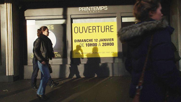 (Janvier 2014, lancement des soldes d'hiver dans les grands magasins. Une affiche annonce l'ouverture du magasin le Printemps Haussmann le dimanche © Maxppp)
