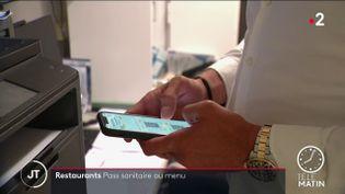 Un restaurateur avec l'application TousAntiCovid. (France 2)